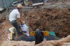 Shenzhen, China: Trabajadores que instalan los tubos de agua Imagen de archivo