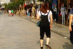 Shenzhen, China: turistas fêmeas na rua pedestre comercial de Xixiang Imagens de Stock