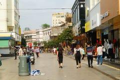 Shenzhen, China: turistas femeninos en la calle peatonal comercial de Xixiang Fotografía de archivo