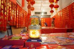 Shenzhen, China: Vendas da loja dos dísticos do festival de mola Imagem de Stock Royalty Free