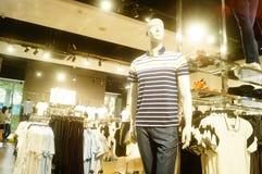 Shenzhen, China: vista interior de la tienda de ropa Fotos de archivo