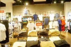 Shenzhen, China: vista interior de la tienda de ropa Imagen de archivo libre de regalías