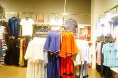 Shenzhen, China: vista interior de la tienda de ropa Fotografía de archivo libre de regalías