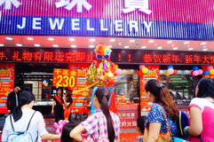 Shenzhen, Chine : activités promotionnelles de magasin de bijoux de jade Images stock