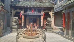 Shenzhen, Chine : brûlez l'encens et adorez Bouddha dans le temple photo libre de droits
