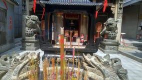 Shenzhen, Chine : brûlez l'encens et adorez Bouddha dans le temple photographie stock libre de droits