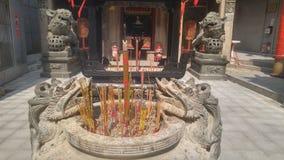 Shenzhen, Chine : brûlez l'encens et adorez Bouddha dans le temple photos libres de droits