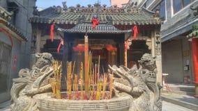 Shenzhen, Chine : brûlez l'encens et adorez Bouddha dans le temple images libres de droits