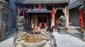 Shenzhen, Chine : brûlez l'encens et adorez Bouddha dans le temple image stock