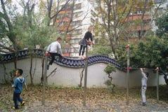 Shenzhen, Chine : enfants jouant en parc Image libre de droits