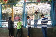 Shenzhen, Chine : enfants jouant en parc Photos libres de droits