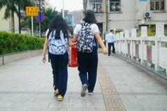 Shenzhen, Chine : femmes marchant sur la rue Photo stock