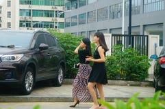 Shenzhen, Chine : femmes marchant sur la rue Photographie stock