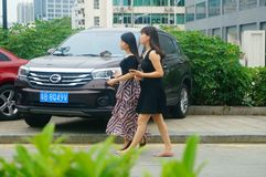 Shenzhen, Chine : femmes marchant sur la rue Image stock