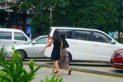 Shenzhen, Chine : femmes marchant sur la rue Image libre de droits