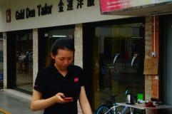 Shenzhen, Chine : femmes marchant sur la rue Images libres de droits