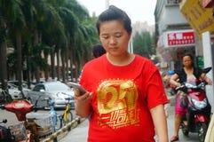 Shenzhen, Chine : femmes marchant sur la rue Photo libre de droits