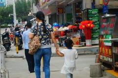 Shenzhen, Chine : femmes marchant sur la rue Photographie stock libre de droits
