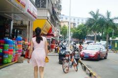 Shenzhen, Chine : femmes marchant sur la rue Photos stock