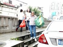 Shenzhen, Chine : femmes qui prennent des déchets photos stock