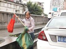 Shenzhen, Chine : femmes qui prennent des déchets images stock
