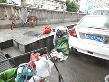 Shenzhen, Chine : femmes qui prennent des déchets photographie stock libre de droits