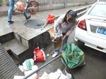 Shenzhen, Chine : femmes qui prennent des déchets photo libre de droits