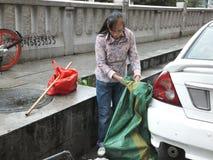 Shenzhen, Chine : femmes qui prennent des déchets photographie stock