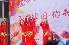 Shenzhen, Chine : Gala 2019 de festival de printemps de la Communauté avec des femmes danse et l'observation de personnes photos libres de droits