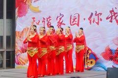 Shenzhen, Chine : Gala 2019 de festival de printemps de la Communauté avec des femmes danse et l'observation de personnes image libre de droits