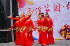 Shenzhen, Chine : Gala 2019 de festival de printemps de la Communauté avec des femmes danse et l'observation de personnes photo libre de droits