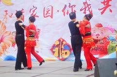 Shenzhen, Chine : Gala 2019 de festival de printemps de la Communauté avec des femmes danse et l'observation de personnes image stock