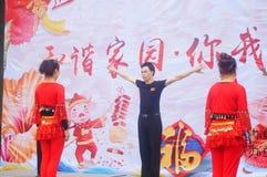 Shenzhen, Chine : Gala 2019 de festival de printemps de la Communauté avec des femmes danse et l'observation de personnes photographie stock
