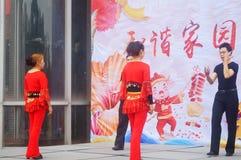 Shenzhen, Chine : Gala 2019 de festival de printemps de la Communauté avec des femmes danse et l'observation de personnes images stock