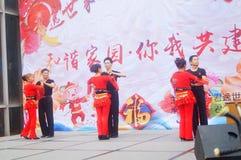 Shenzhen, Chine : Gala 2019 de festival de printemps de la Communauté avec des femmes danse et l'observation de personnes images libres de droits