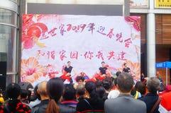 Shenzhen, Chine : Gala 2019 de festival de printemps de la Communauté avec des femmes danse et l'observation de personnes photographie stock libre de droits