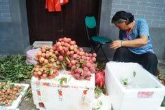 Shenzhen, Chine : la vente du litchi image libre de droits
