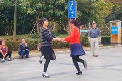 Shenzhen, Chine : les femmes dansent heureusement dans la place Images libres de droits