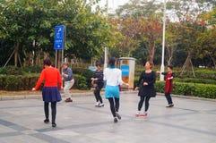 Shenzhen, Chine : les femmes dansent heureusement dans la place Image stock