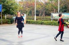 Shenzhen, Chine : les femmes dansent heureusement dans la place Images stock