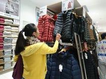 Shenzhen, Chine : Les gens achètent des vêtements d'hiver dans Uniqlo en temps froid photo libre de droits