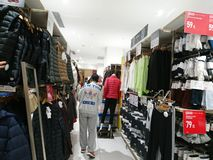 Shenzhen, Chine : Les gens achètent des vêtements d'hiver dans Uniqlo en temps froid photo stock