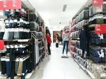 Shenzhen, Chine : Les gens achètent des vêtements d'hiver dans Uniqlo en temps froid image libre de droits