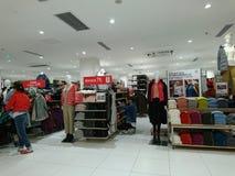 Shenzhen, Chine : Les gens achètent des vêtements d'hiver dans Uniqlo en temps froid image stock
