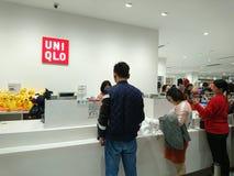 Shenzhen, Chine : Les gens achètent des vêtements d'hiver dans Uniqlo en temps froid images stock
