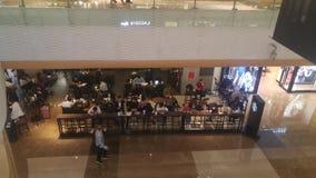 Shenzhen, Chine : les gens apprécient le gourmet et les loisirs dans un café banque de vidéos