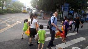 Shenzhen, Chine : les parents prennent des enfants venant à la maison du jardin d'enfants photo stock