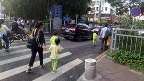 Shenzhen, Chine : les parents prennent des enfants venant à la maison du jardin d'enfants images stock