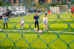 Shenzhen, Chine : Les qualifications de base des enfants dans la formation du football Images stock