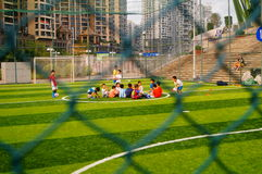 Shenzhen, Chine : Les qualifications de base des enfants dans la formation du football Image stock